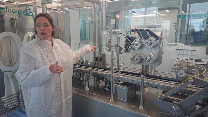 Anna-Myra Koopmans geeft tekst en uitleg bij de productielijn tijdens een eenmalige rondleiding.
