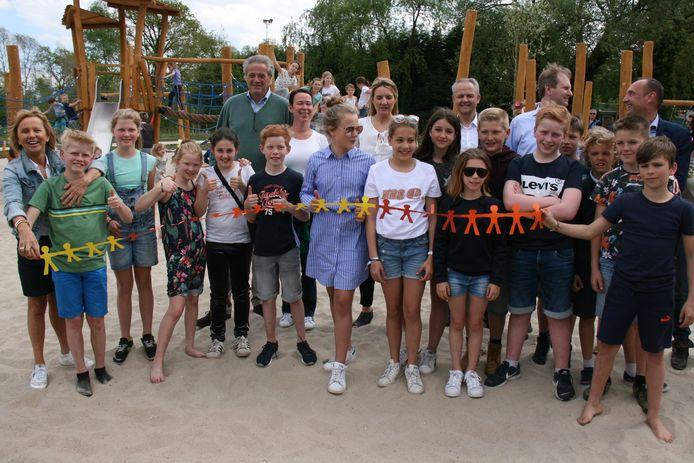 Leden van de kindergemeenteraad openen het nieuwe speelplein.