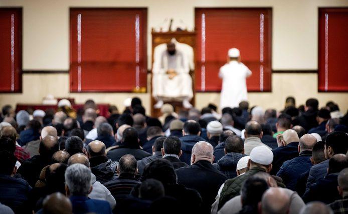 Leden van de moslimgemeenschap tijdens het vrijdaggebed in de as-Soennah moskee. Verschillende organisaties hebben moslims opgeroepen het vrijdaggebed hier te verrichten nadat er eerder een kwetsend spandoek en poppen bij de moskee waren geplaatst.