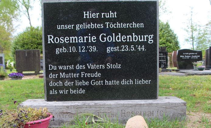 De vernieuwde grafsteen op de Eibergse begraafplaats.