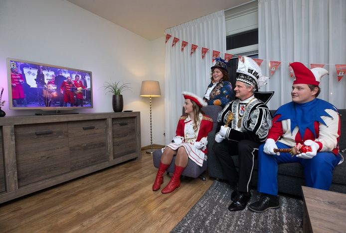 Prins Vincent kijkt een virtuele versie van de jaarlijkse pronkzitting in 's-Heerenberg. Samen met vrouw Esther, zoon Dave en dochter Ilse.