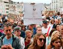 Demonstranten houden borden omhoog met slogans zoals 'non au pass sanitaire' (nee aan de gezondheidspas).