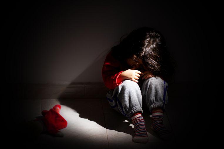 Illustratief beeld van een kind in een lastige thuissituatie.  Beeld Getty Images