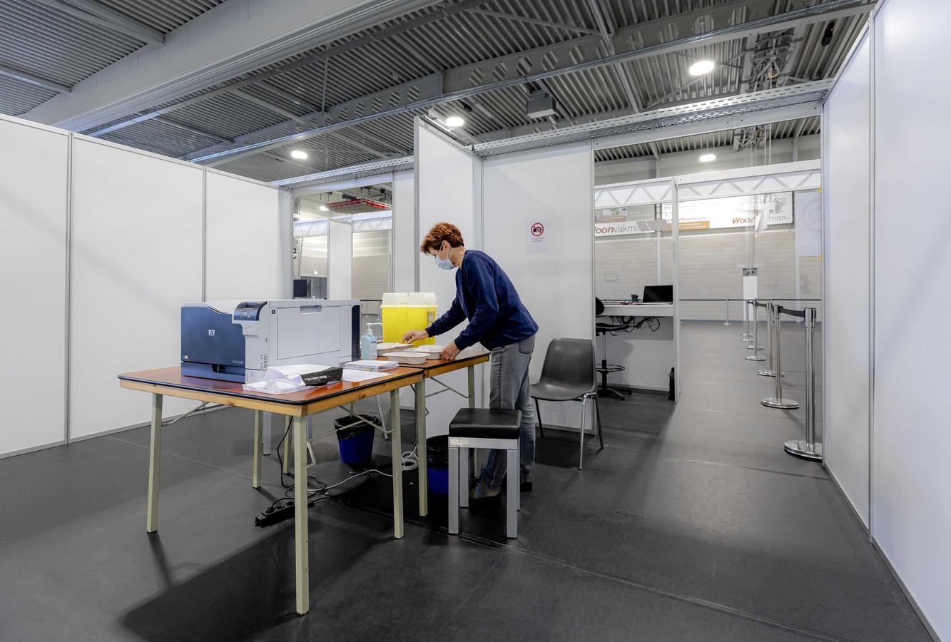 Een medewerker van de GGD in een  vaccinatielocatie in Almere.