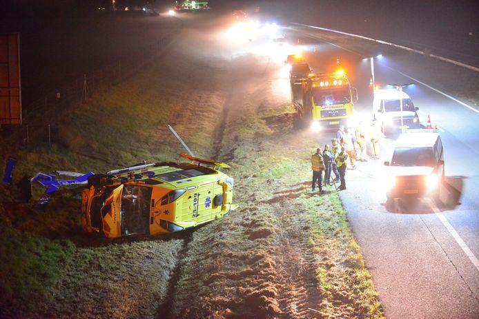 De ambulance raakte van de weg en belandde op zijn kop in de sloot naast de A2 bij Weert.