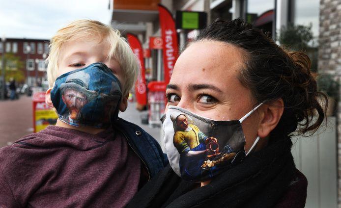 Maria Kramer en haar zoontje dragen wel een mondkapje.