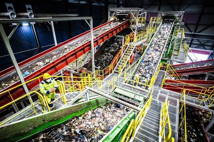 Machines bij AVR halen plastic afval uit het restafval.