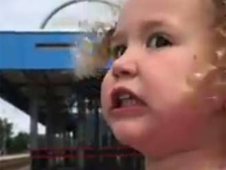 Vertederend: dochtertje waarschuwt papa voor doorrijdende trein