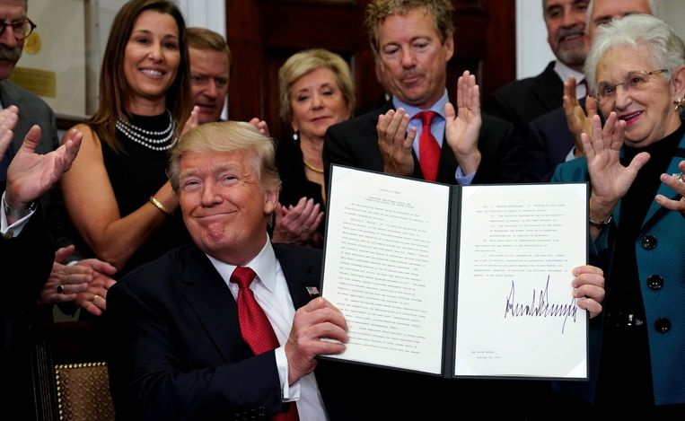 U.S. President Donald Trump smiles after signing an Executive Order to make it easier for Americans to buy bare-bone health insurance plans and circumvent Obamacare rules at the White House in Washington. Beeld REUTERS