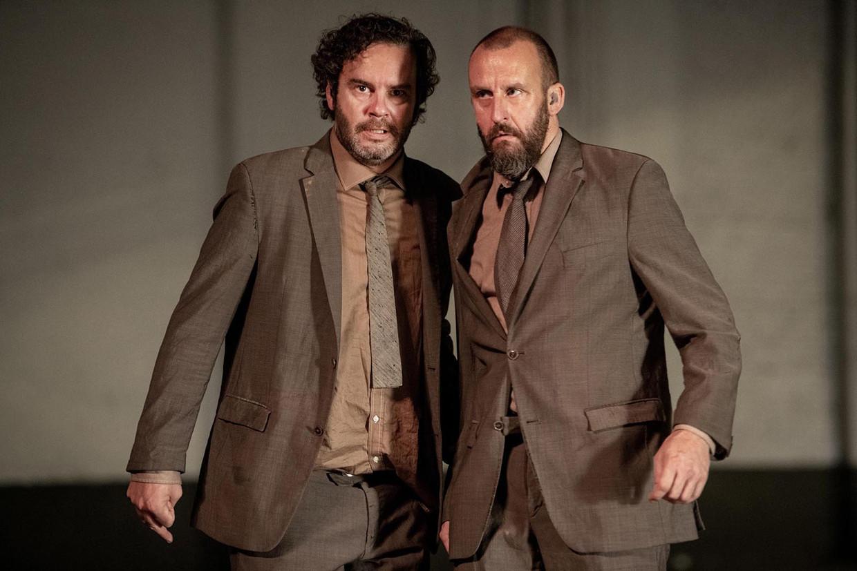 Tom Dewispelaere en Tom Van Dyck in 'Wachten op Godot'. Beeld kurt van der elst