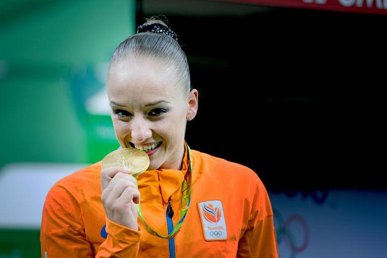 Sanne Wevers met de gouden medaille op de balk tijdens de Olympische Spelen in Rio. Beeld anp
