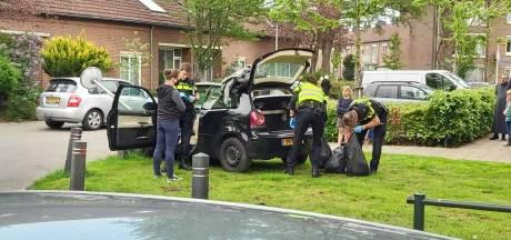 Automobilist negeert stopteken, slaat op vlucht en knalt op lantaarnpaal