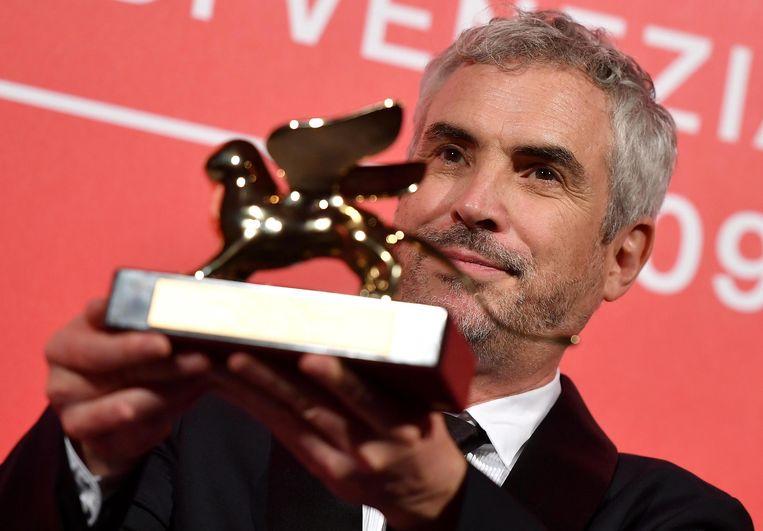 Alfonso Cuaro, regisseur van  'Roma', toont zijn Gouden Leeuw.