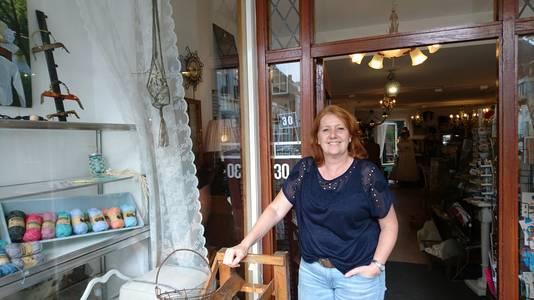 'In de aanloopstraten vind je bijzondere winkeltjes', aldus Monique Broers, eigenaresse van 'Spullen van vroeger' in de Sint Janstraat.