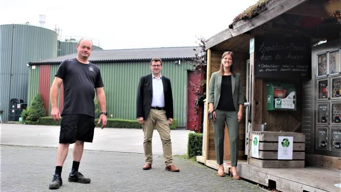 """Duffelse ondernemer maakt AED-toestel beschikbaar voor klant én buur: """"Hopelijk hebben we het toestel nooit nodig"""""""
