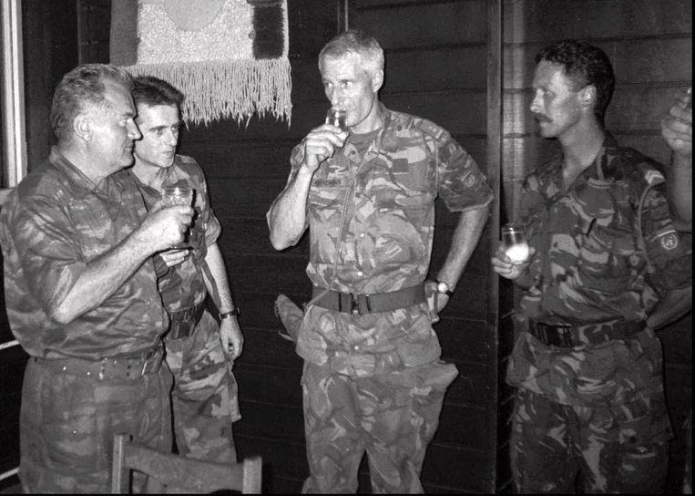 Bosnisch-Servische legerleider Ratko Mladic (links)  met Dutchbat-commandant Thom Karremans (derde van links) in 1995. Beeld AP