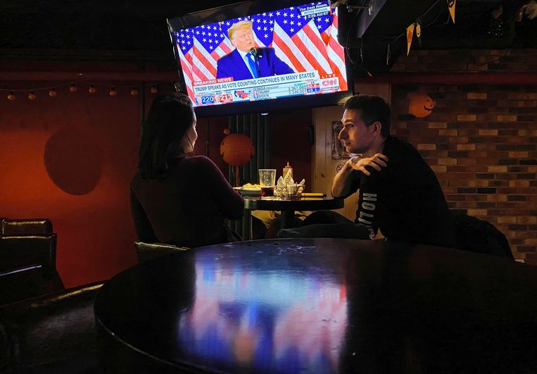 In een bar in Beijing kijken gasten naar de 'overwinningsspeech' van Trump. Beeld Getty Images