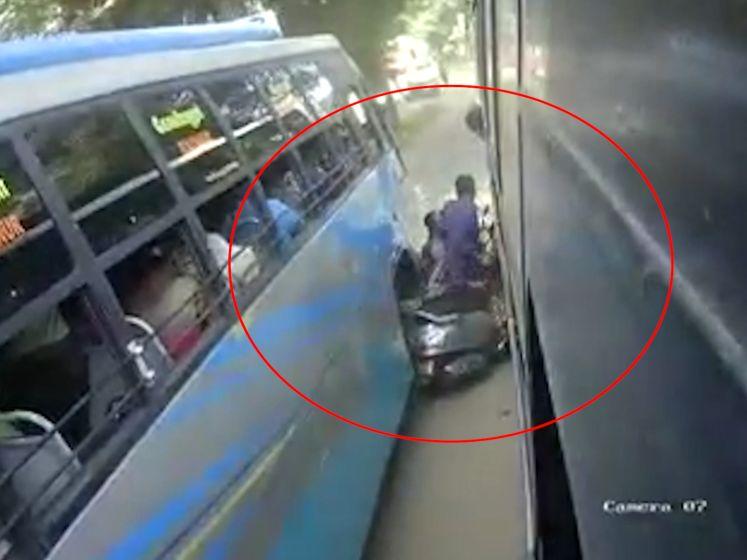 Gezin raakt met brommer klem tussen twee bussen
