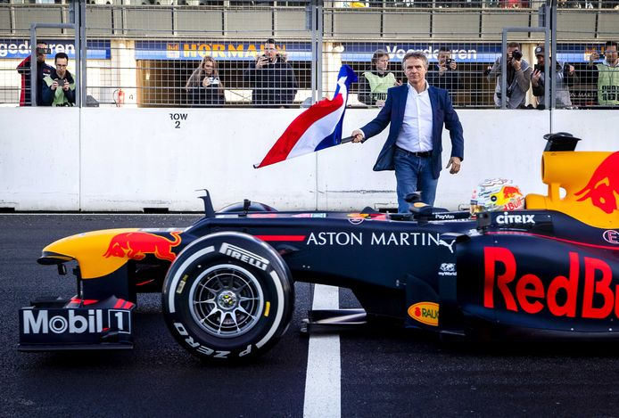 Jan Lammers, sportief directeur Dutch Grand Prix, zwaait de Nederlandse vlag als startsein voor het eerste rondje van Formule 1-coureur Max Verstappen  op het vernieuwde circuit van Zandvoort.