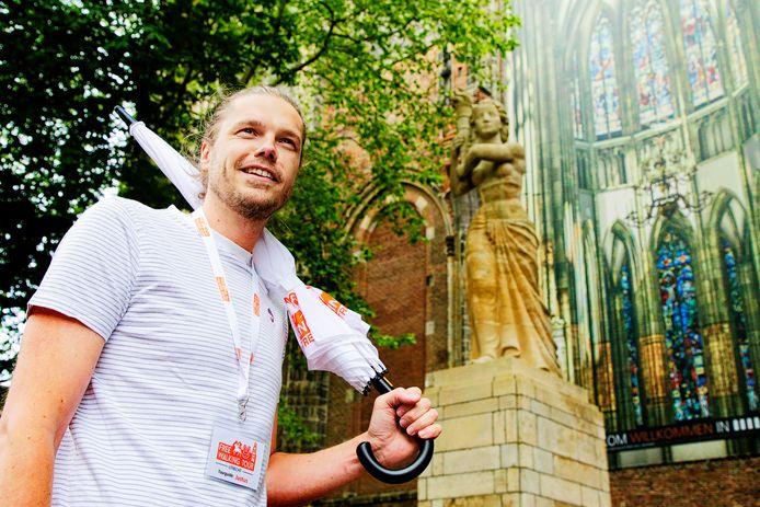 Stadsgids Justus Raap mag zaterdag eindelijk weer rondwandelingen geven en de pareltjes van Utrecht tonen.
