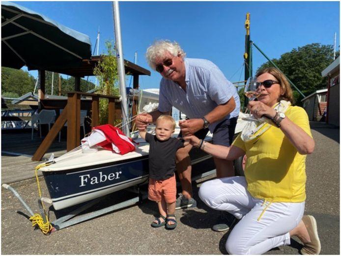 Steef en Arja Staal met hun kleinzoon Faber bij de Splash die naar hem is vernoemd.