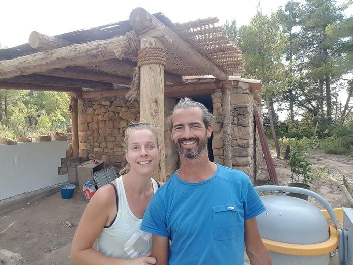 Eva en Boudewijn voor het huisje waar ze veel klussen.