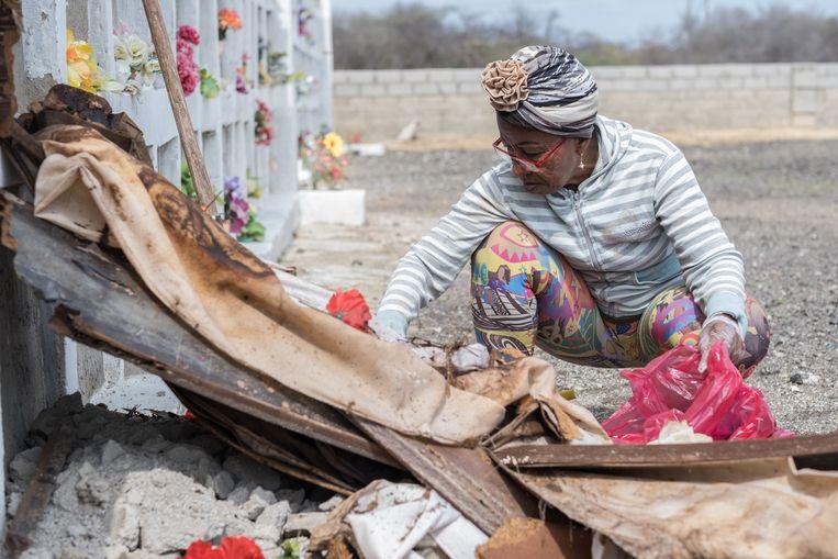 Sonia Bermúdez verzamelt de resten van haar Venezolaanse vriend Saúl de Jesus die vijf jaar geleden overleed.    Beeld Eline van Nes