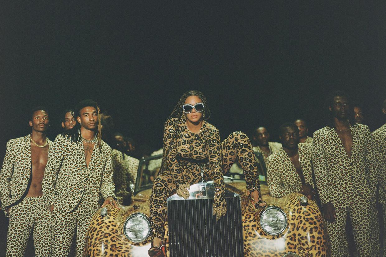 Beyoncé  op een Rolls Royce, fragment uit haar visuele album. Beeld