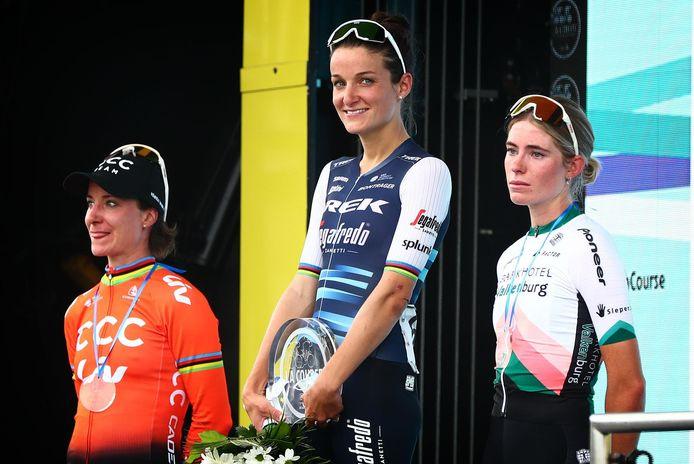 Lizzie Deignan won de eendagswedstrijd La Course van de Tour de France dit jaar in Nice, met ook de Nederlandse Marianne Vos en Demi Vollering op het podium.