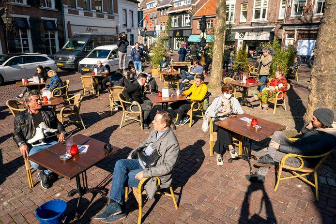De eerste bezoekers bij Boerke Verschuren in Breda, dinsdag om 12.00 uur.