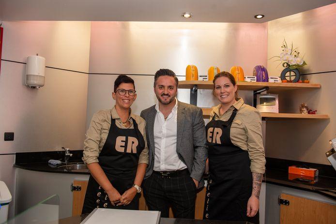 Eigenaar Erhan in het midden, samen met twee medewerkers.