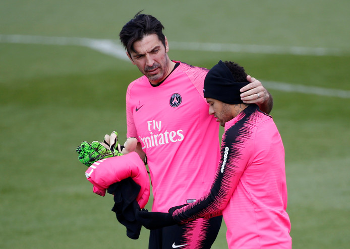 Neymar tijdens de training met keeper Gianluigi Buffon.