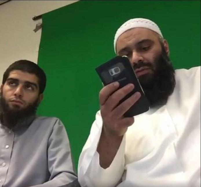 Imam Suhayb Salam tijdens de online benefieten, zoals die te zien waren op Facebook.