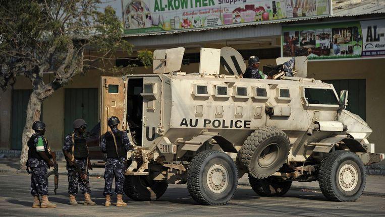 Somalische soldaten houden de wacht na de aanval op het hotel. Beeld afp