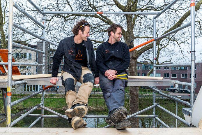 Rick Meeuwisse (l) van klusbedrijf de Handige Meeuwen uit Utrecht.