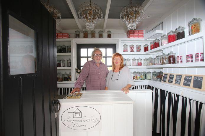 Guido Van Hove en Pom Lameir in 'het kleinste snoepwinkeltje van het land'.