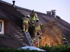 Twee gewonden bij brand in rieten dak