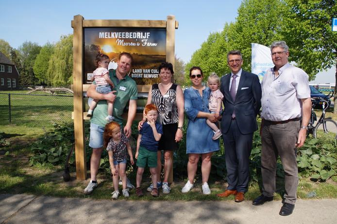 Ook bij melkveebedrijf en kinderdagverblijf Mooren's Farm in Haps werd paasmaandag een Boert Bewust-bord onthuld. De familie Mooren op de foto met burgemeester Wim Hillenaar van Cuijk, die zojuist het bord onthuld heeft.
