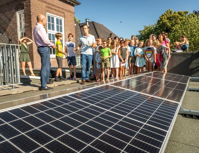 Wethouder Stijn Steenbakkers opende in juni vorig jaar een zonnepanelendak op een basisschool in Eindhoven.