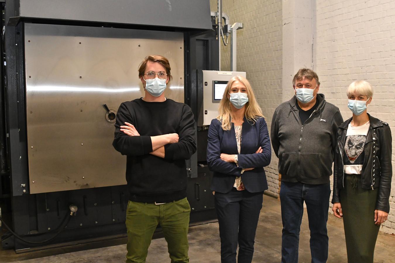 Oskar Vereenooghe, Maureen Schreel, Peter Landuyt en Ines Lamote bij de nieuwe paardenoven.