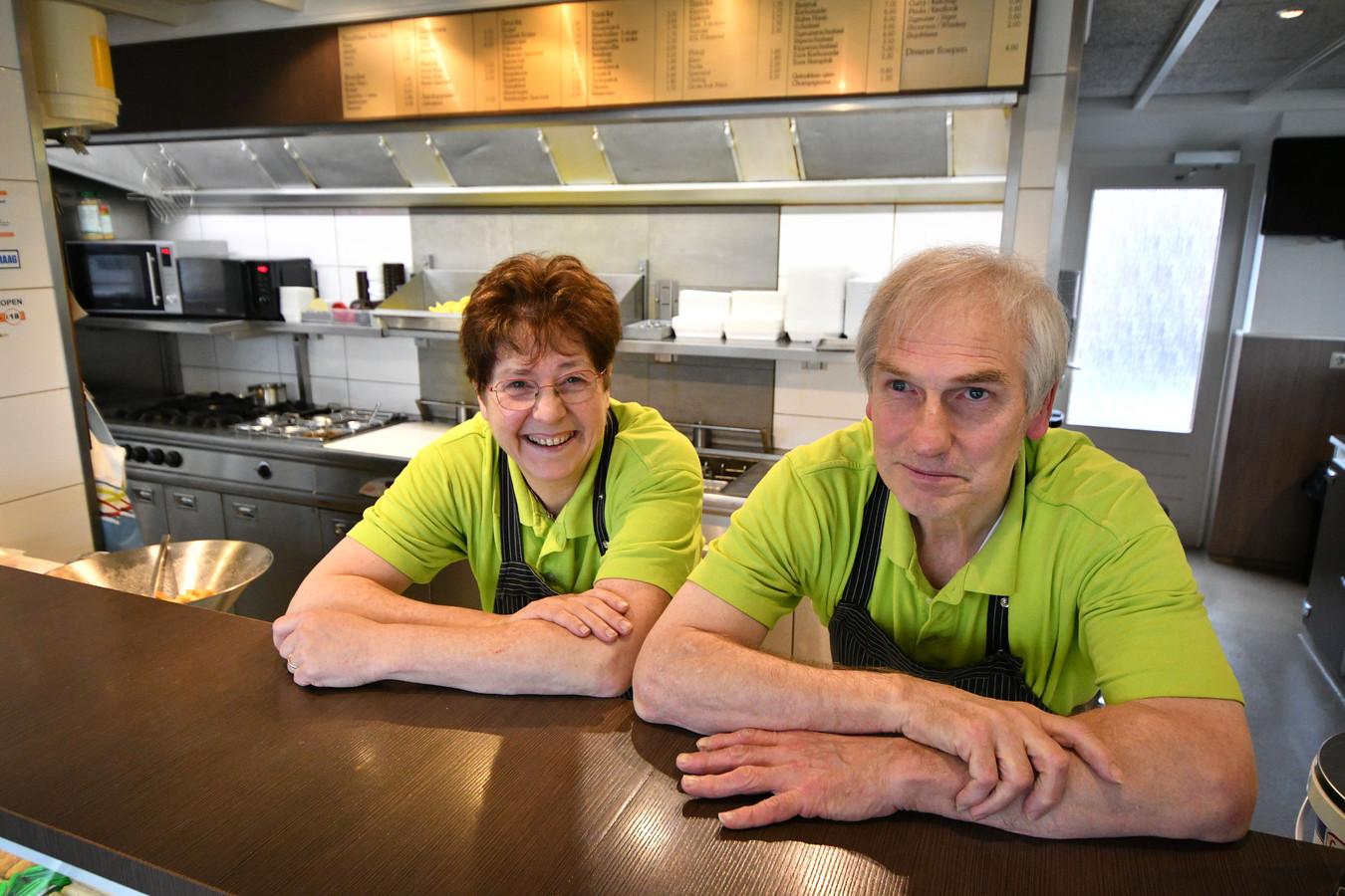 Leo en Ancilla van Olffen staan vandaag voor de laatste keer in hun cafetaria en ijssalon. Wie uit Weerselo en wijde omgeving heeft er niet een patatje, balletje met of ijsje gegeten?