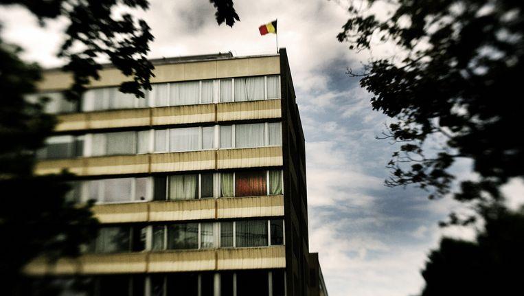 Smaïl Farisi woonde nog thuis, maar huurde ook een flat op de vierde verdieping van dit woonblok in Etterbeek. Om te chillen, een OCMW-uitkering te kunnen krijgen en vrienden eens een plezier te doen. Beeld © Tim Dirven