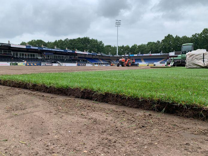 Aanleg van de nieuwe grasmat in het Mandemakers Stadion, nadat het kunstgras is verwijderd.