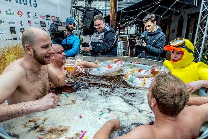 Het bierbad gevuld met 1400 liter speciaalbier.