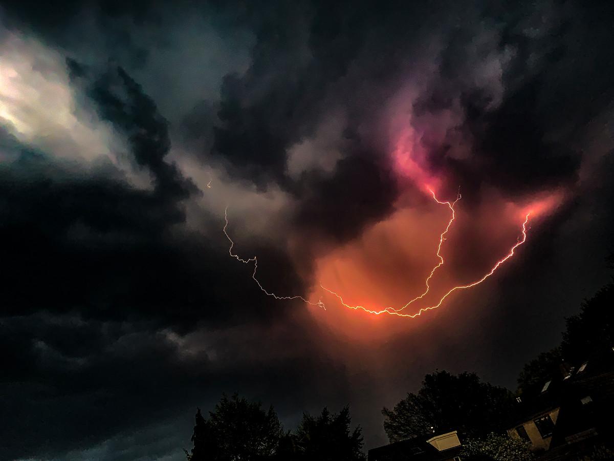 Flinke onweersbuien boven Nijverdal
