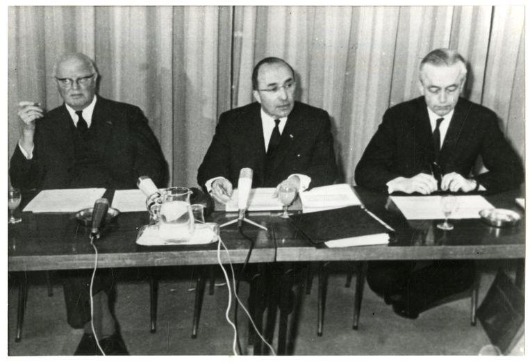 Carl Romme van de KVP (links)  zei eind jaren vijftig van de 20ste eeuw al: als je als fractie invloed wilt uitoefenen, moet je dat 'aan het begin van de rit' doen.  Beeld anp
