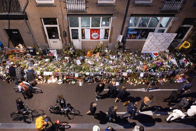 De bloemenzee voor Peter R. de Vries, op de plek waar hij werd neergeschoten in de Lange Leidsedwarsstraat, blijft groeien. De misdaadverslaggever overleed in het ziekenhuis. Beeld ANP