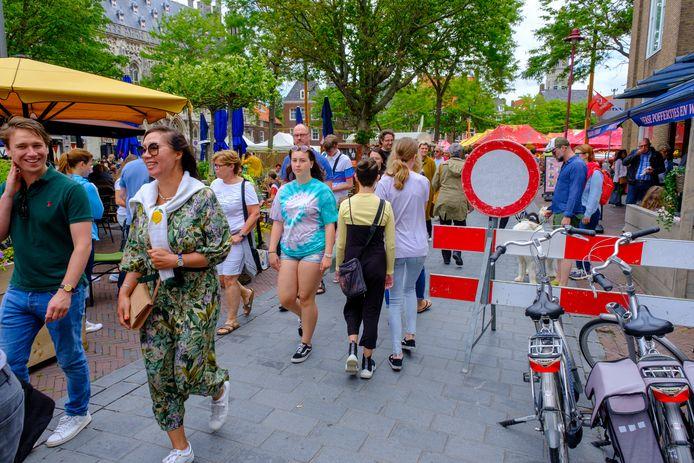 Flessenhals door het fietswerende hek bij de Pottenmarkt in Middelburg.