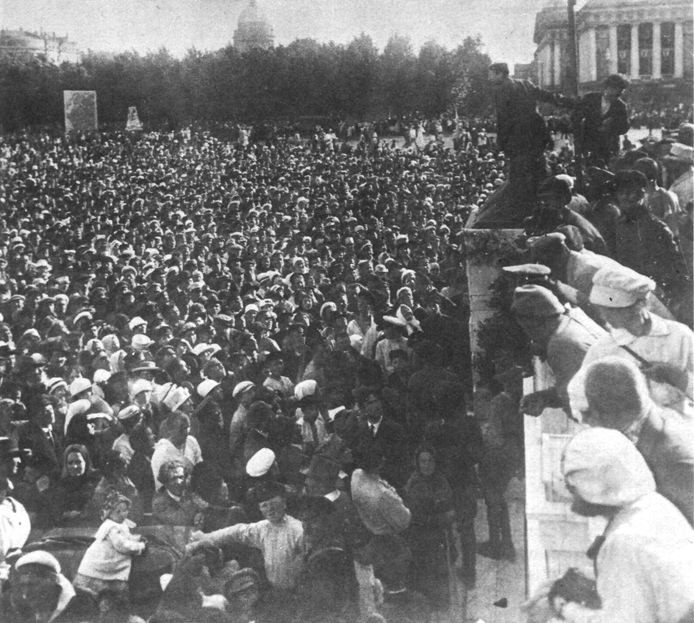 Henk Sneevliet spreekt een Russische menigte toe.