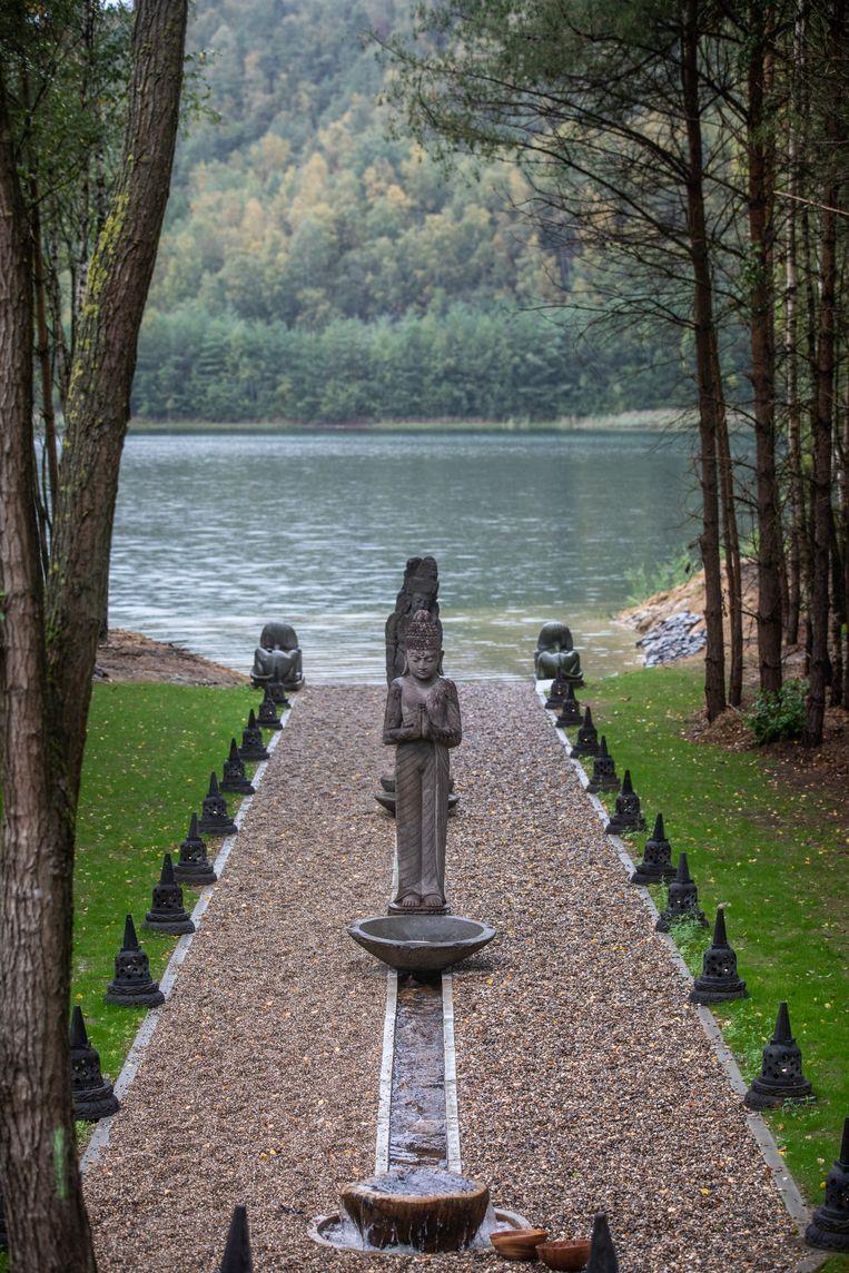 Na de sauna kan je op blote voeten over het pad wandelen en even in het water gaan staan.